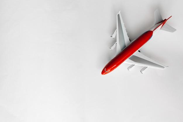 Avião branco vermelho na vista superior de fundo branco com espaço de cópia Foto Premium