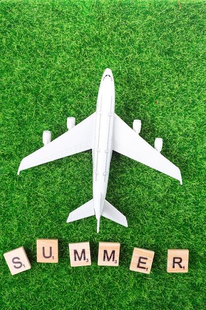 Avião de brinquedo e cartas na grama Foto gratuita