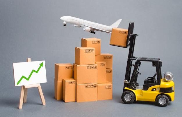 Avião de carga, empilhadeira com caixas de papelão e seta verde para cima Foto Premium