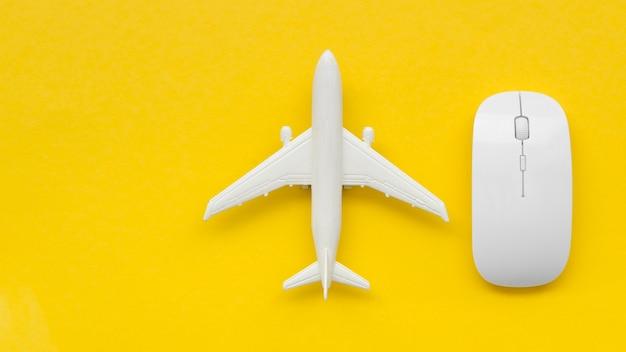 Avião de cópia-espaço ao lado do mouse Foto gratuita
