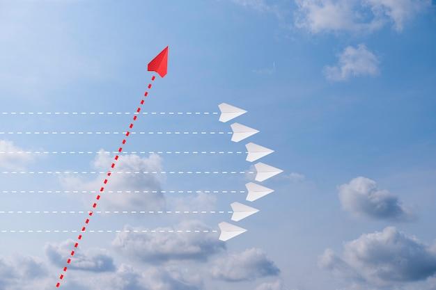 Avião de papel vermelho fora de linha com o white paper para alterar a interrupção e encontrar uma nova maneira normal no fundo do céu. levante e a criatividade dos negócios nova idéia para descobrir a tecnologia de inovação. Foto Premium