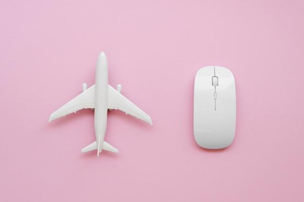 Avião de vista superior ao lado do mouse Foto gratuita