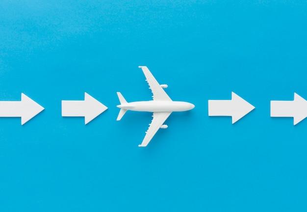 Avião e setas apontando para a direita Foto Premium