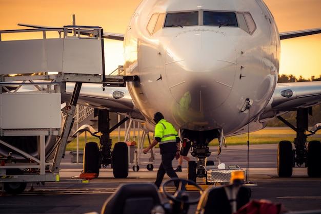 Avião na pista do aeroporto ao pôr do sol na tasmânia Foto Premium