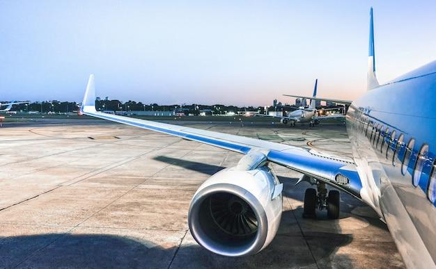 Avião no aeroporto terminal portão pronto para decolar na hora azul Foto Premium