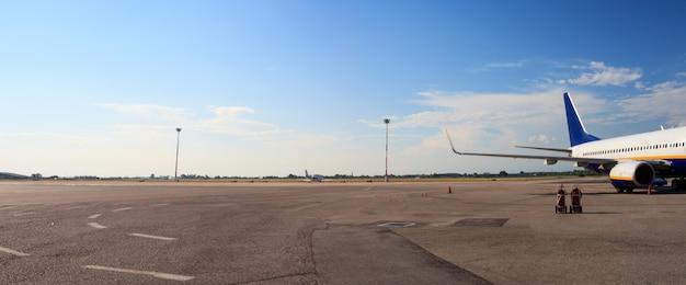 Avião no aeroporto Foto Premium