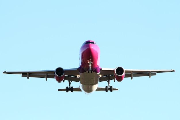 Avião no céu Foto gratuita