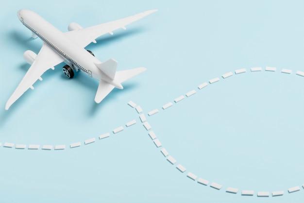 Avião pequeno ângulo alto sobre fundo azul Foto gratuita