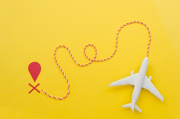 Avião plano leigo com marca de destino Foto gratuita