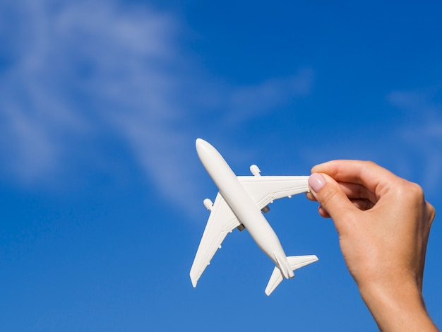 Avião sendo segurado por uma mão Foto gratuita