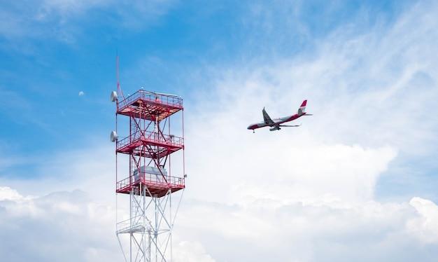 Avião voando no céu nublado Foto gratuita