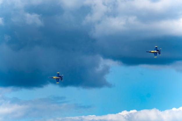 Aviões azuis dos eua realizam show aéreo Foto Premium