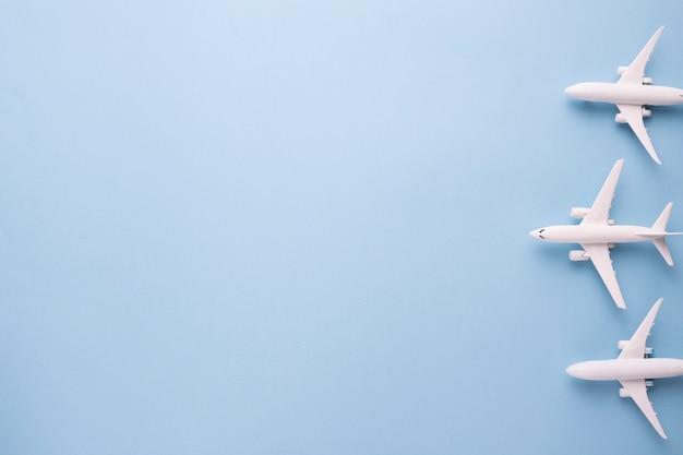 Aviões brancos pequenos prontos para começar o vôo Foto gratuita