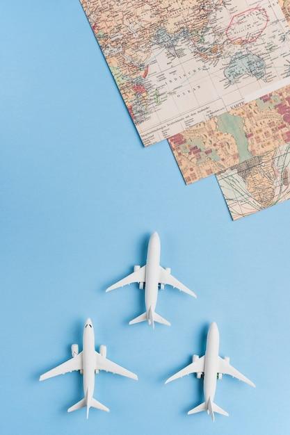 Aviões de passageiro branco e mapas do mundo Foto gratuita