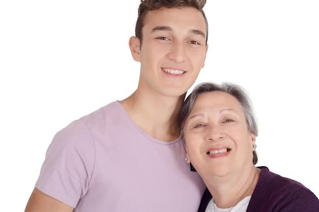 Avó beijando seu neto adolescente Foto Premium