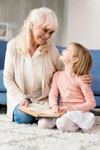 Avó com menina lendo Foto gratuita