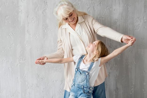 Avó com menina olhando um ao outro Foto gratuita
