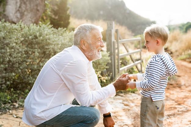 Avô cumprimentando seu neto Foto Premium