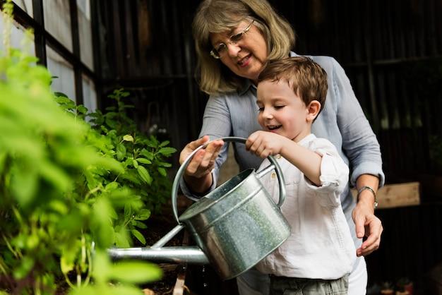 Avó de jardinagem com neto Foto Premium
