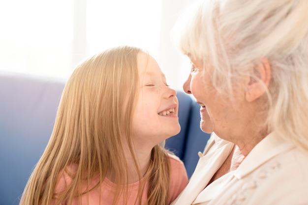 Avó e menina sorridente Foto Premium