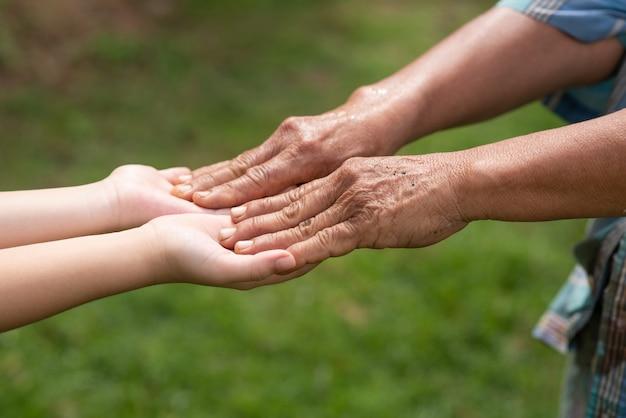 Avó e neta de mãos dadas Foto gratuita