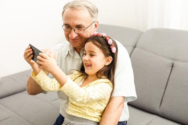 Avô e neta fazem selfie Foto Premium
