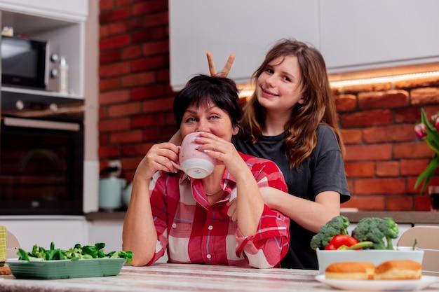 Avó e neta passam momentos de lazer juntos na cozinha Foto Premium