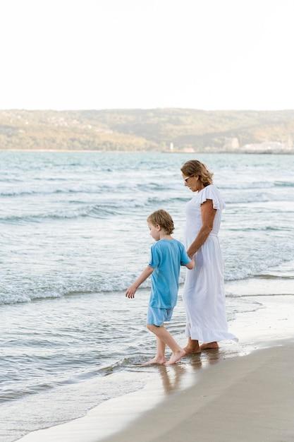 Avó e neto filmados na praia Foto gratuita