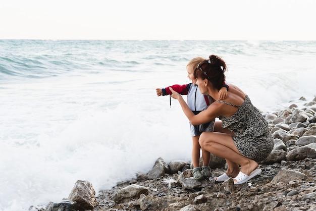 Avó mostrando ao neto do mar Foto gratuita