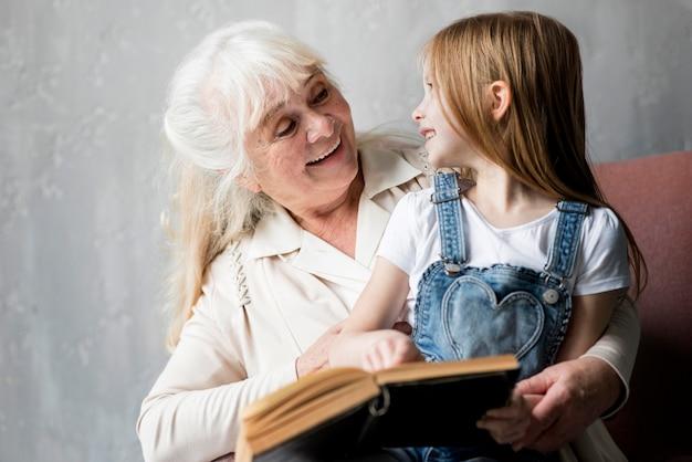 Avó, palestra, com, menininha Foto Premium