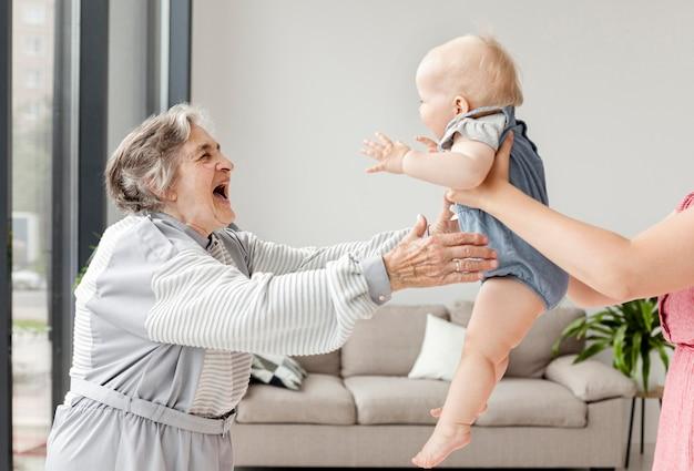 Avó, passar um tempo com o neto Foto gratuita