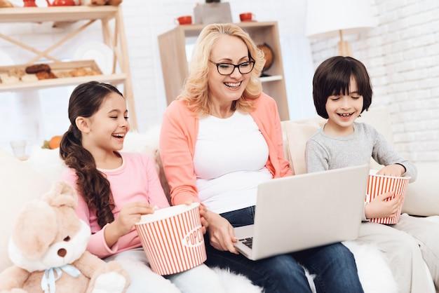 Avó sagacidade crianças assistindo filme no laptop Foto Premium