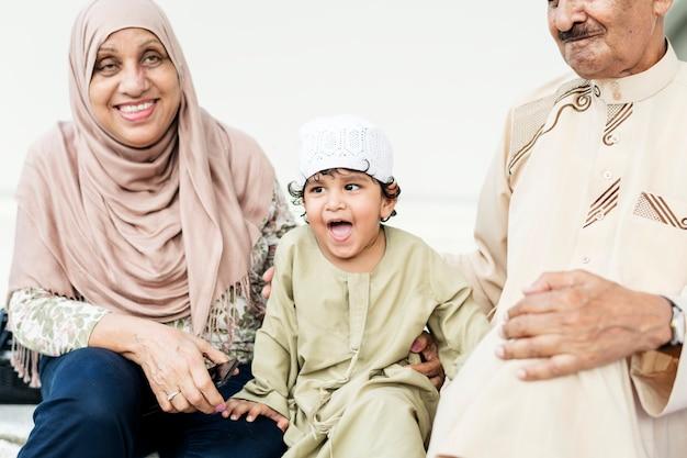 Avós muçulmanos com seu neto Foto Premium