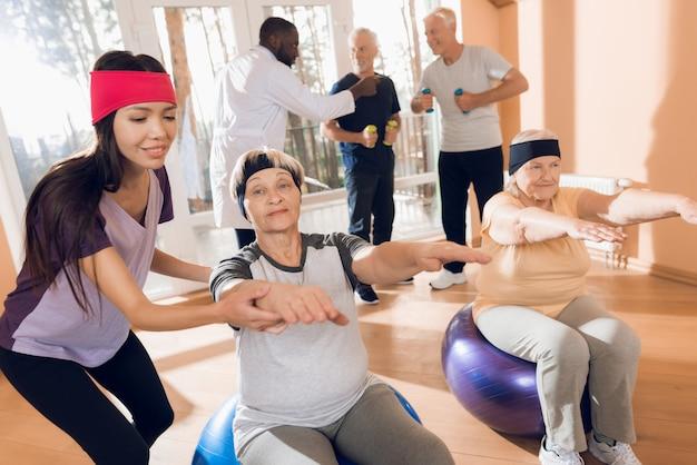 Avós no lar de idosos realizam exercícios de ginástica. Foto Premium