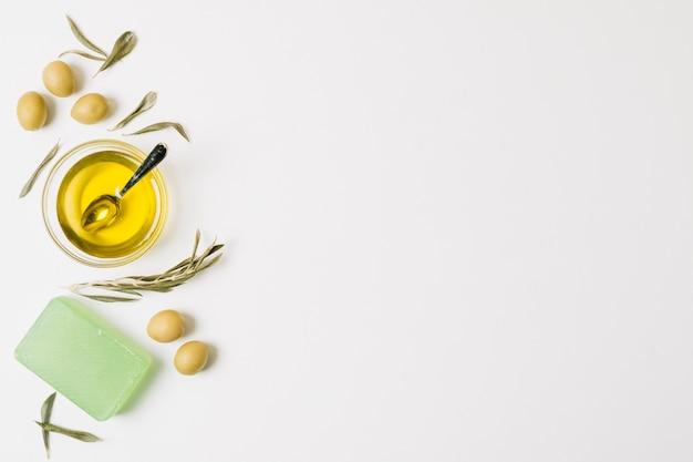 Azeite com azeitonas e sabão em barra Foto gratuita