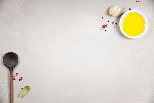 Azeite, vinagre balsâmico, pimenta e ervas Foto Premium