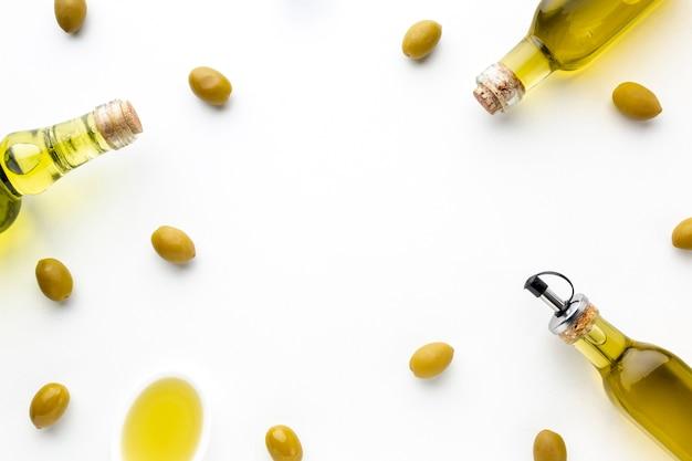 Azeitonas amarelas e frascos de óleo Foto gratuita