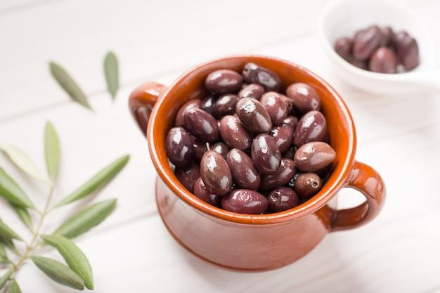 Azeitonas de aragão na tigela rústica Foto Premium