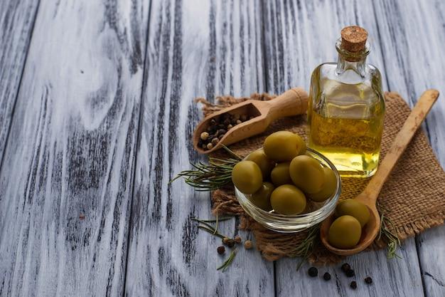 Azeitonas e garrafa de azeite Foto Premium