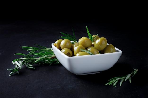 Azeitonas espanholas com folhas Foto Premium