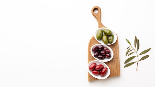 Azeitonas vermelhas roxas verdes com espaço de cópia Foto gratuita