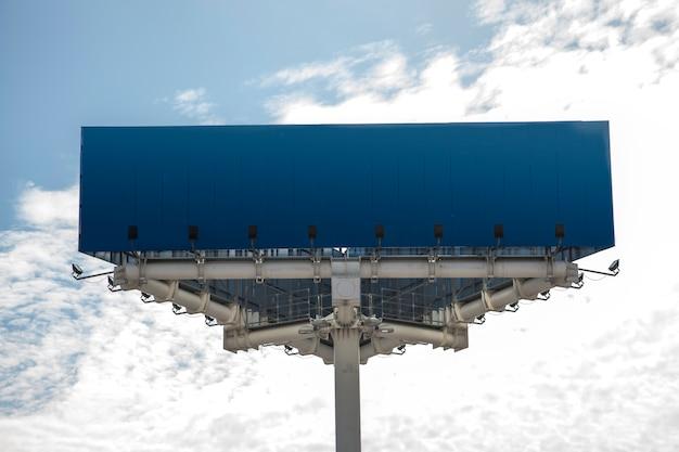 Azul em branco açambarcamento contra o céu Foto gratuita