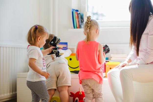 Babá assistindo crianças brincando Foto gratuita