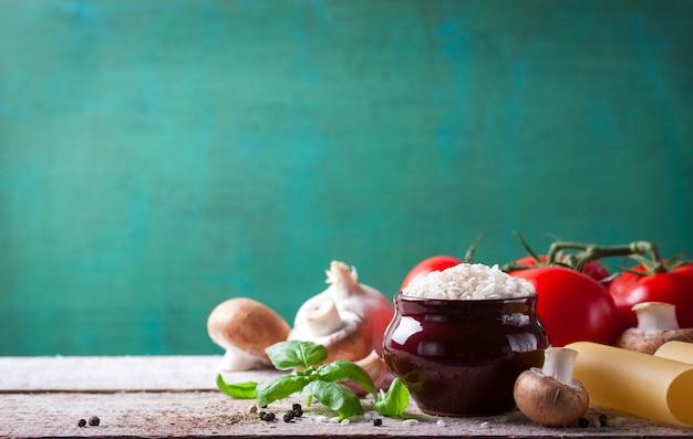 Bacia com arroz e cogumelos Foto gratuita