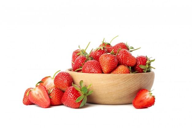 Bacia com morango saboroso, isolado no fundo branco. baga de verão Foto Premium
