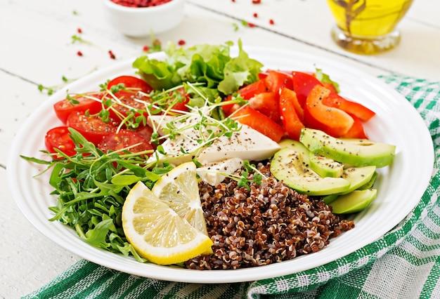Bacia da buda do vegetariano com quinoa, queijo do tofu e legumes frescos. salada vegana Foto Premium