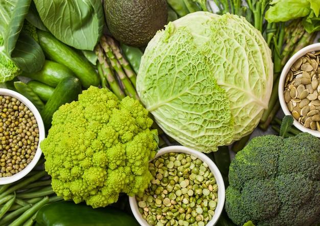 Bacia de feijão mungo e ervilhas e sementes de abóbora com vegetais tonificados verdes orgânicos crus. macro Foto Premium