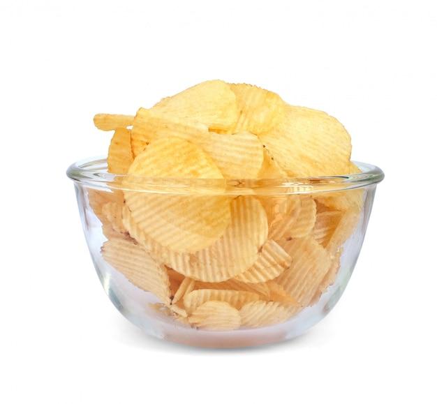 Bacia de microplaquetas de batata encrustadas saborosos no fundo branco. isto tem um traçado de recorte Foto Premium