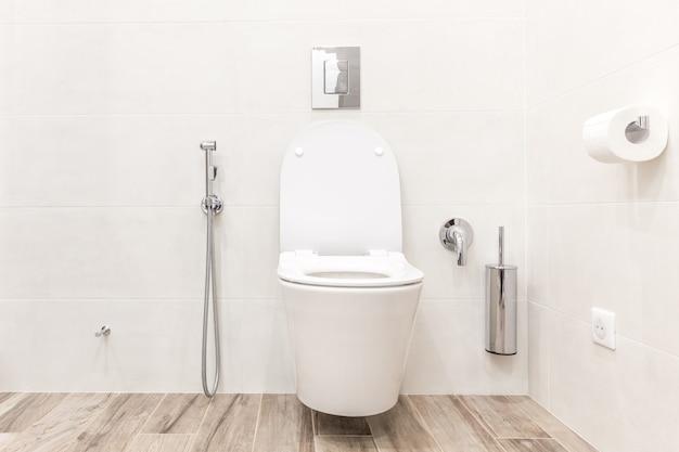 Bacia de toalete no banheiro moderno Foto Premium