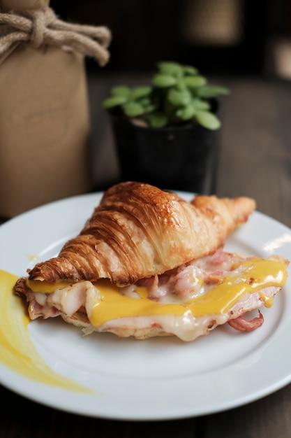 Bacon croissant com mostarda Foto gratuita